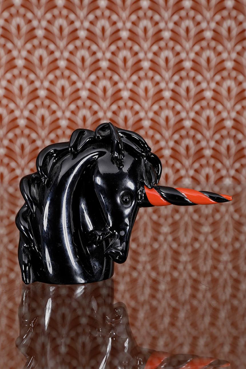 266€ Archimede Seguso (1909-1999), Licorne, verre de Murano,noir et rouge, signé, 17x22cm. Paris, salle Fauve, 12octobre 2019. Fauve