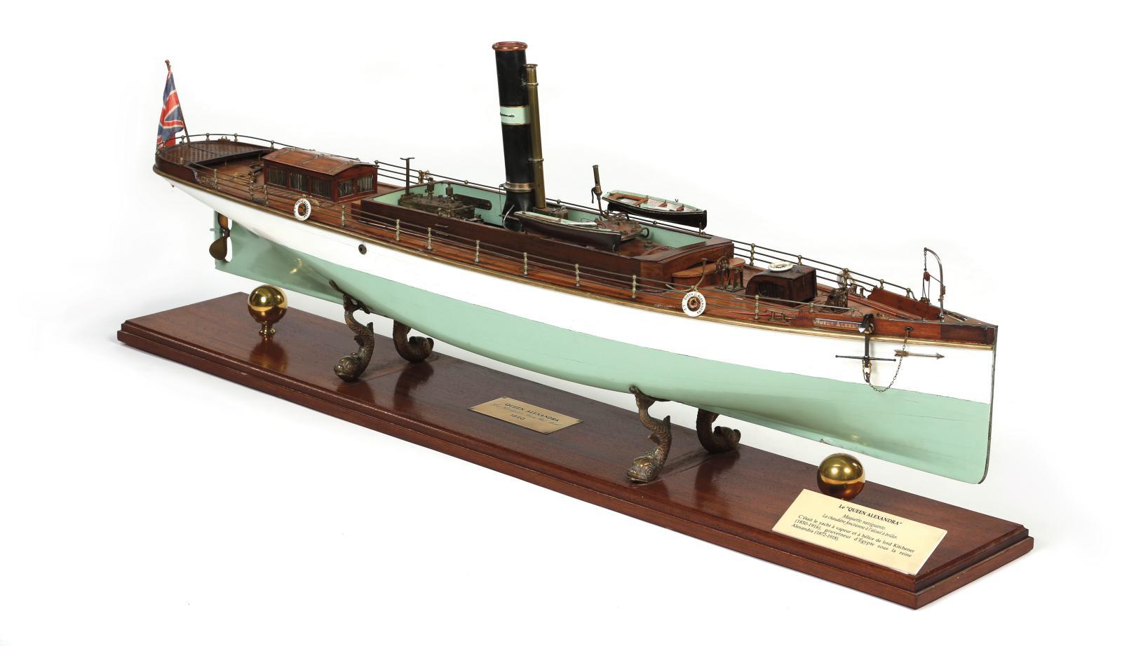 Maquette navigante du Queen Alexandra par Lord Kichener, 1890, en bois verni, bois laqué blanc et bois laqué vert, avec sa machine à vapeu