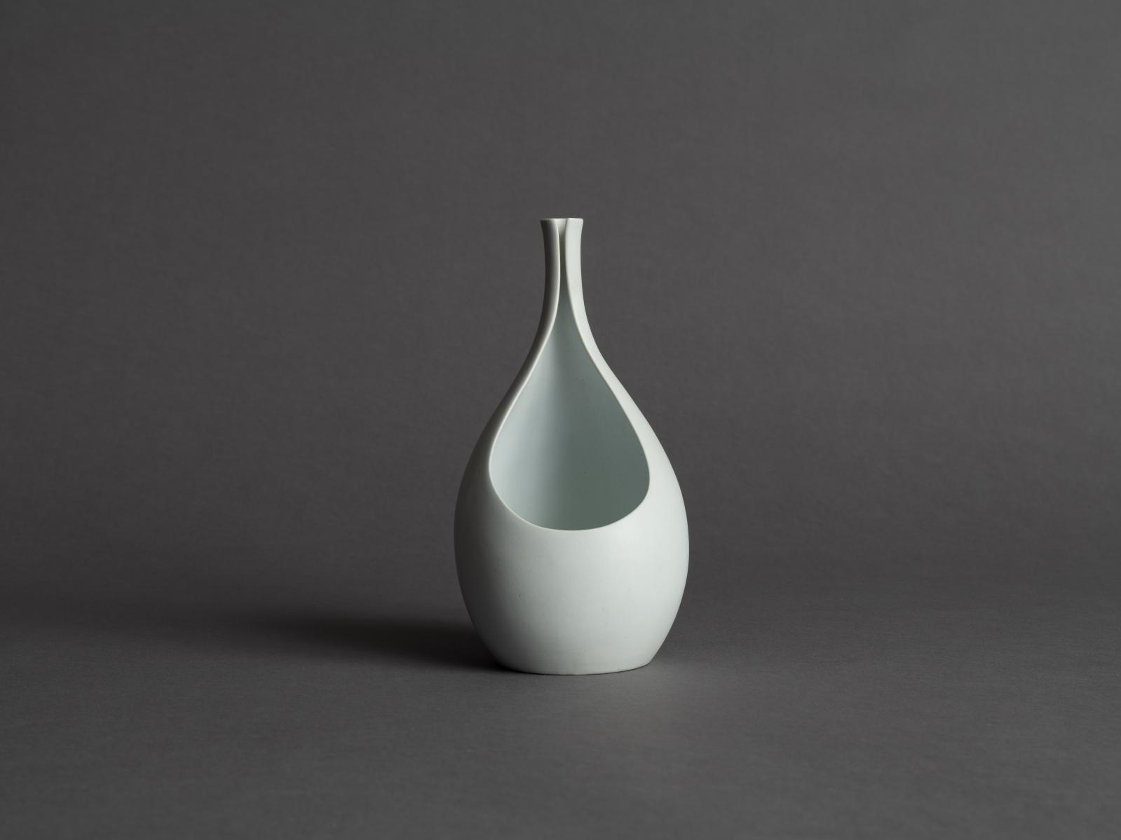 Stig Lindberg (1916-1982), vase Pungo pour Gustavsberg, Suède, vers1955, grès fin à couverte blanc mat, h.19cm. © Galerie Stimmung