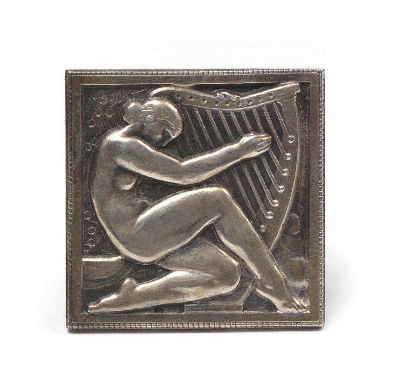 447€ Marcel Renard(1893-1974), Femme à la harpe, 1927, argent, 5,5x5,5cm, poids: 128g.Drouot, 15février 2019.Christophe Joron Dere