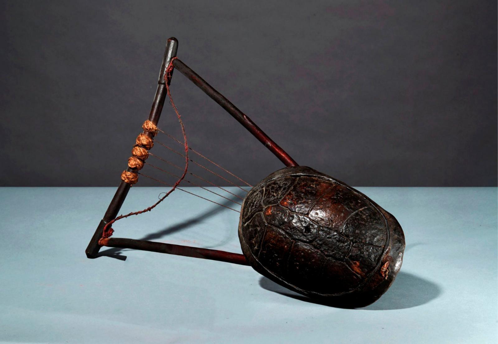 562€ Éthiopie, peuple oromo.Harpe à cordes tendues sur cadre de bois monté sur une carapacede tortue, patine d'usage laquée brun-rouge,