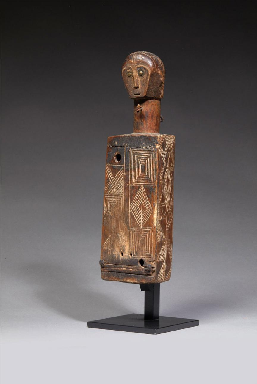 1999€ Gabon, peuple fang.Corps de harpe pour le cultedu Bwiti, bois à patine brune et clous de tapissier, h.43cm.Drouot, 18juin 20