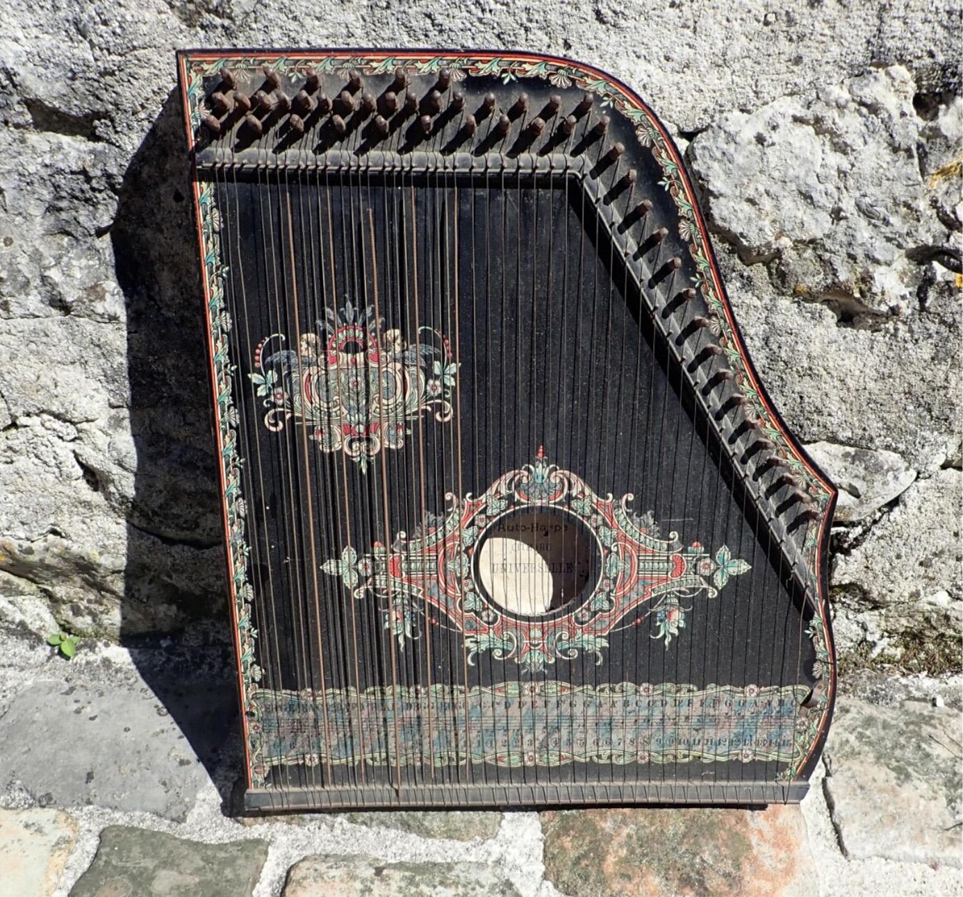 152€ Cithare (auto-harpe), l.48cm. Courgeac, 13octobre 2019.Lynda TrouvéOVV.