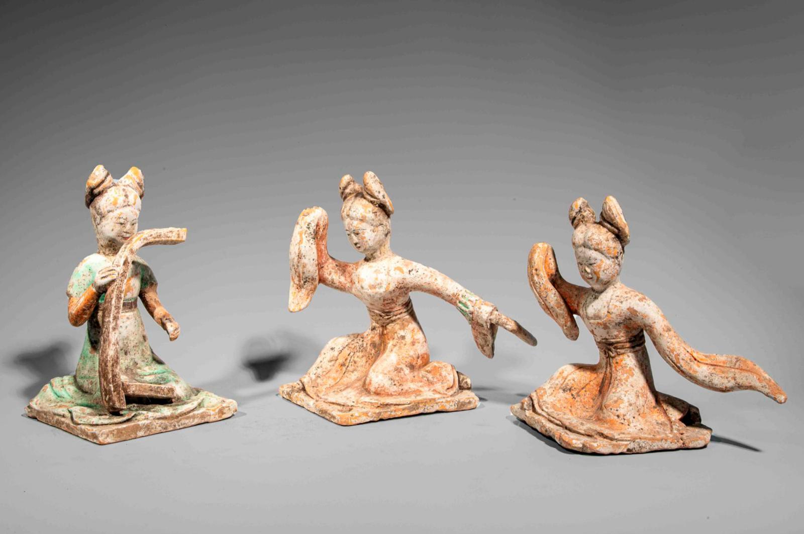 5080€ Chine, dynastie Tang(618-907). Suite de trois actrices dont une joueuse de harpe, terre cuiteà traces d'engobe et de polychromie,