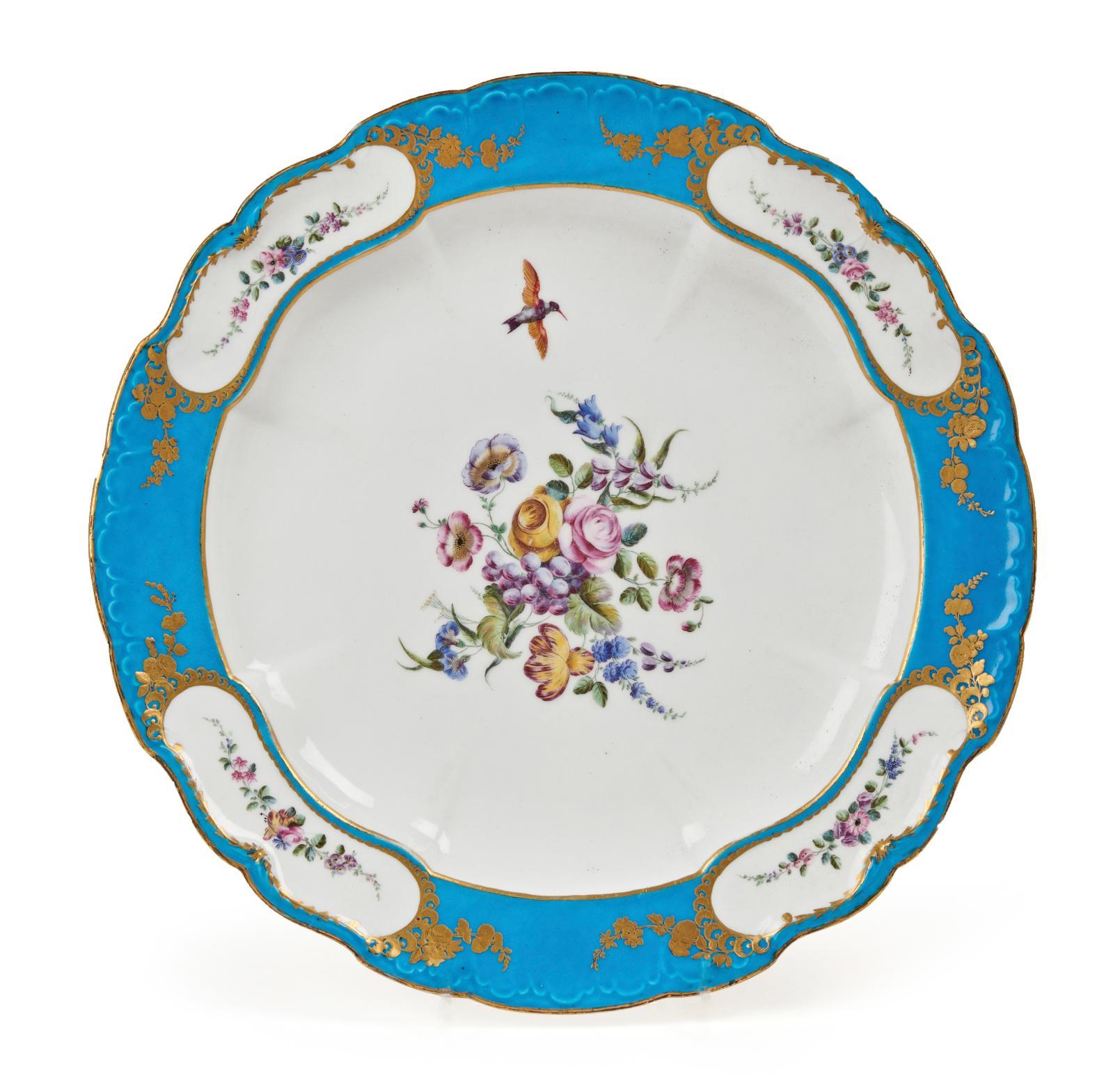 Manufacture royale de Vincennes, 1754. Plat en porcelaine tendre provenant du service «bleu céleste» de LouisXV à Versailles, à décor pol