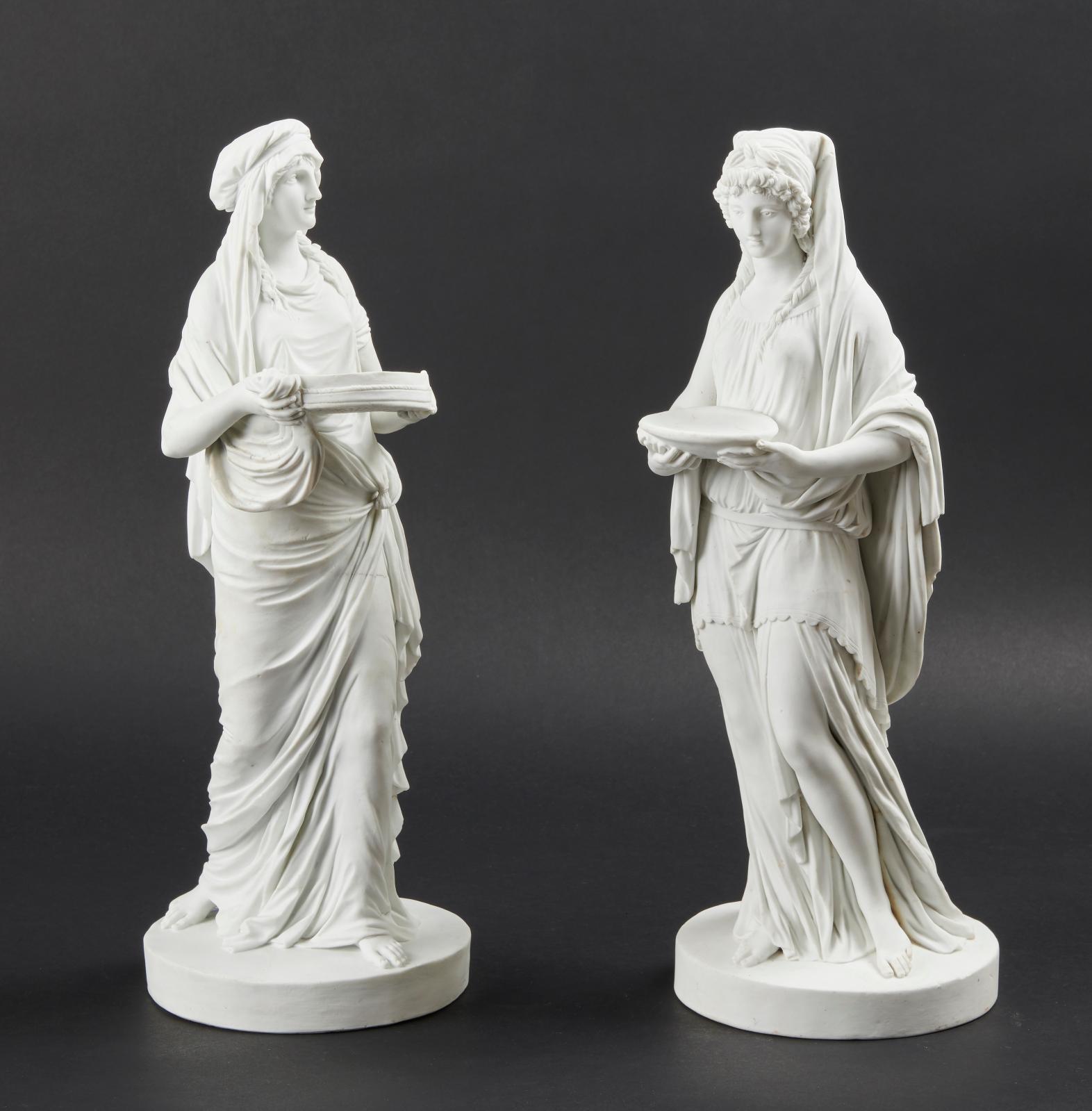Sèvres, vers 1787. Paire de figures en biscuit de porcelaine dure de la première grandeur représentant La Vestale et La Vestale Tucia, dra