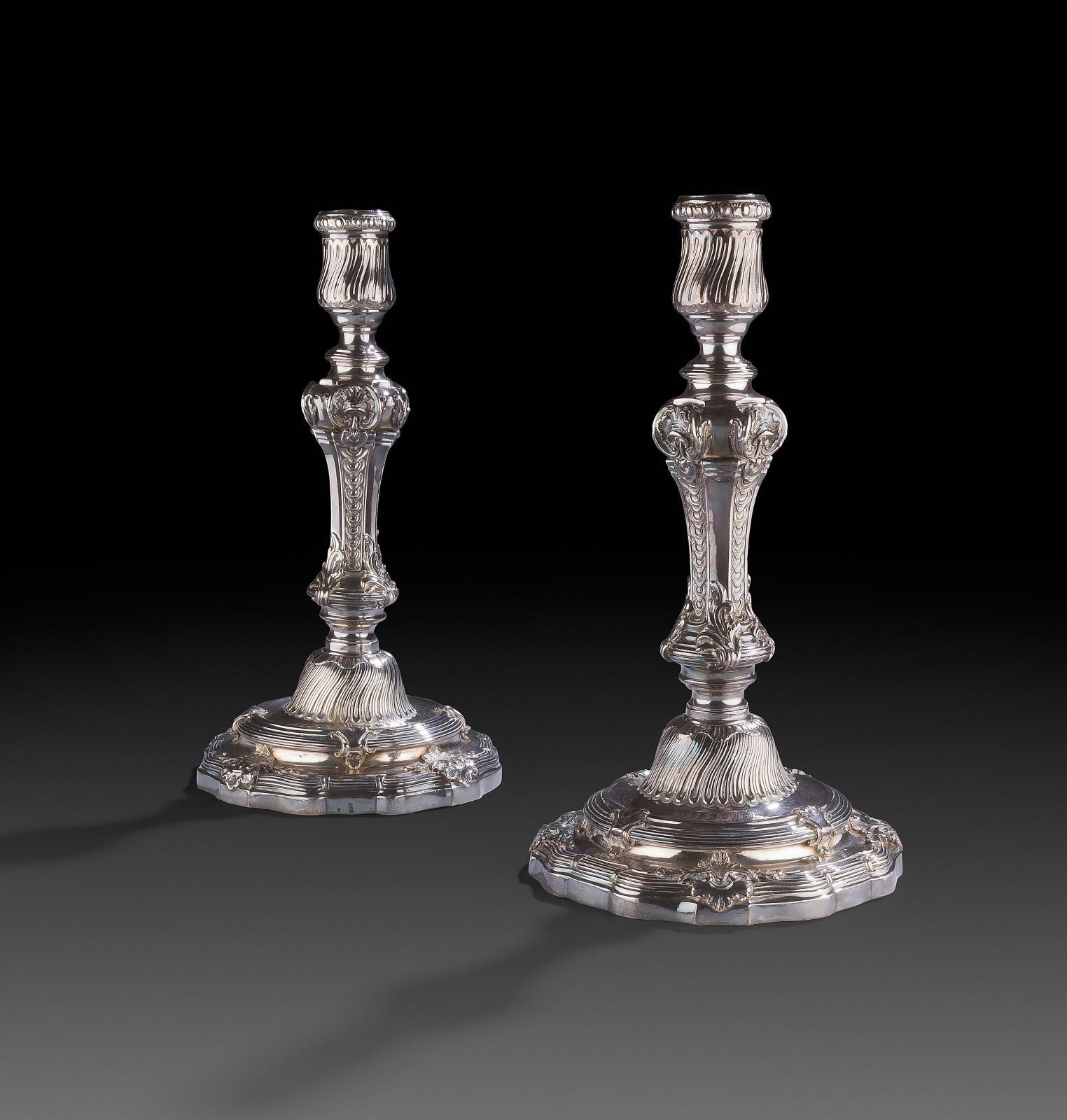 Du pur LouisXV! Rien ne manque à cette paire de bougeoirs (h.25cm, poids: 1530,3g): ni les filets et coquilles feuillagées se prol