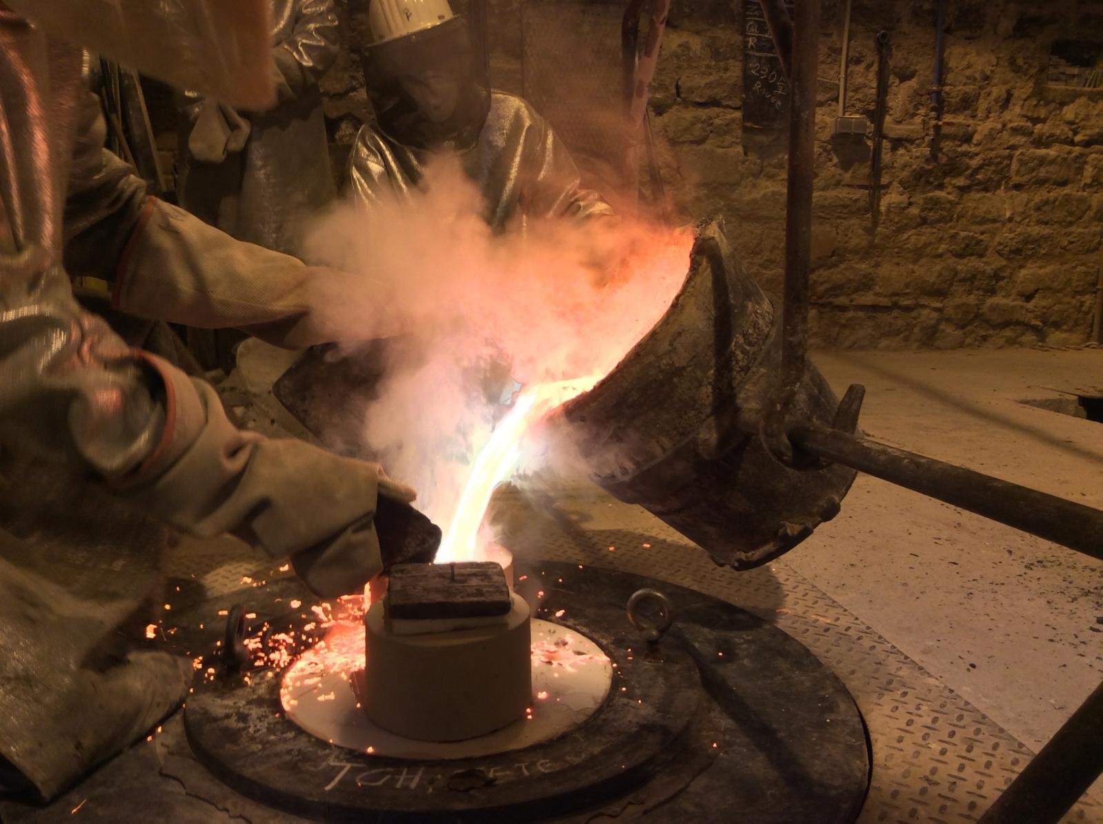 La coulée du métal. Le bronze en fusion, à 1100°C, est versé dans le moule en quelques secondes. Cette étape doit s'effectuer en une foi