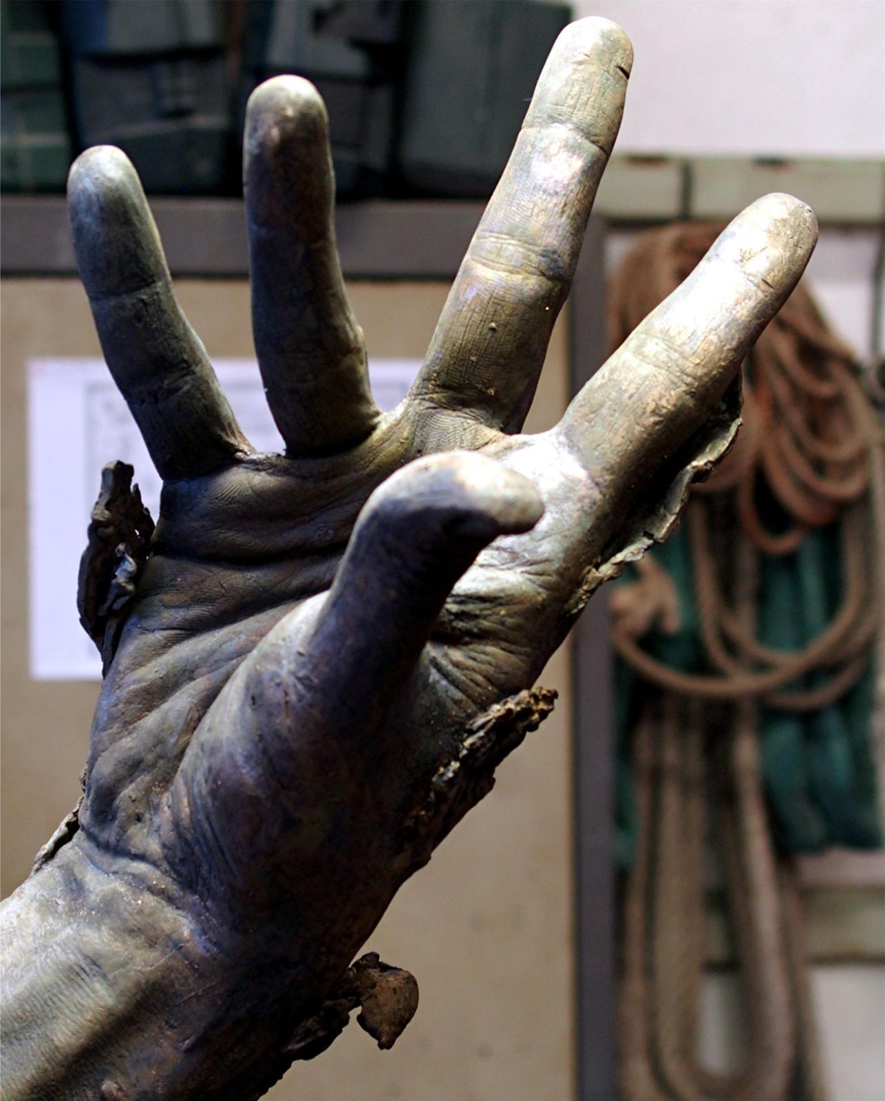 Une main, en cours de ciselage. ©Harry Kampianne