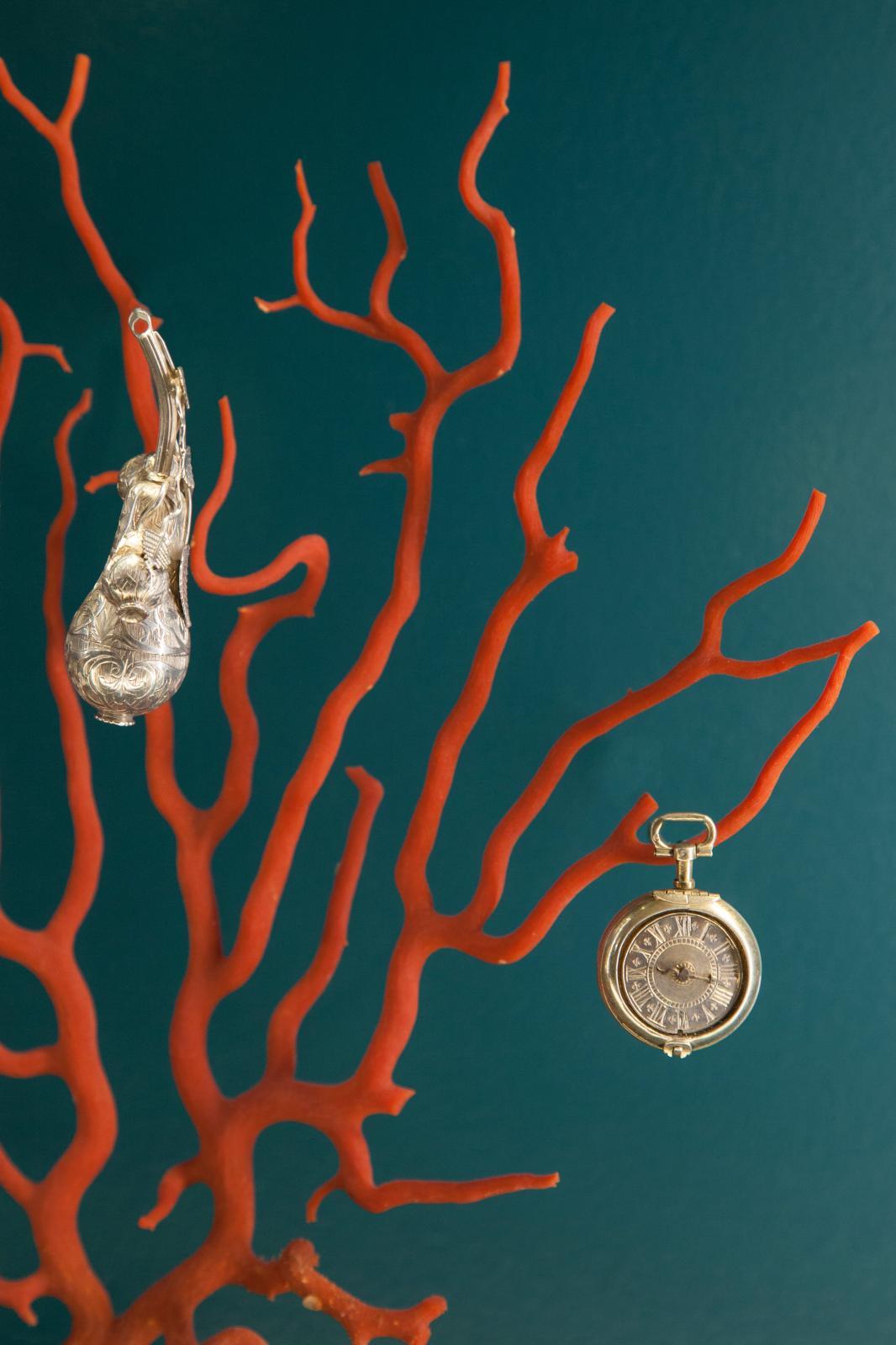 Branche de corail ancienne, pomander en argenten forme de poire et boîteà épices «fausse montre»en argent doré. © Fragonard Parfumeur