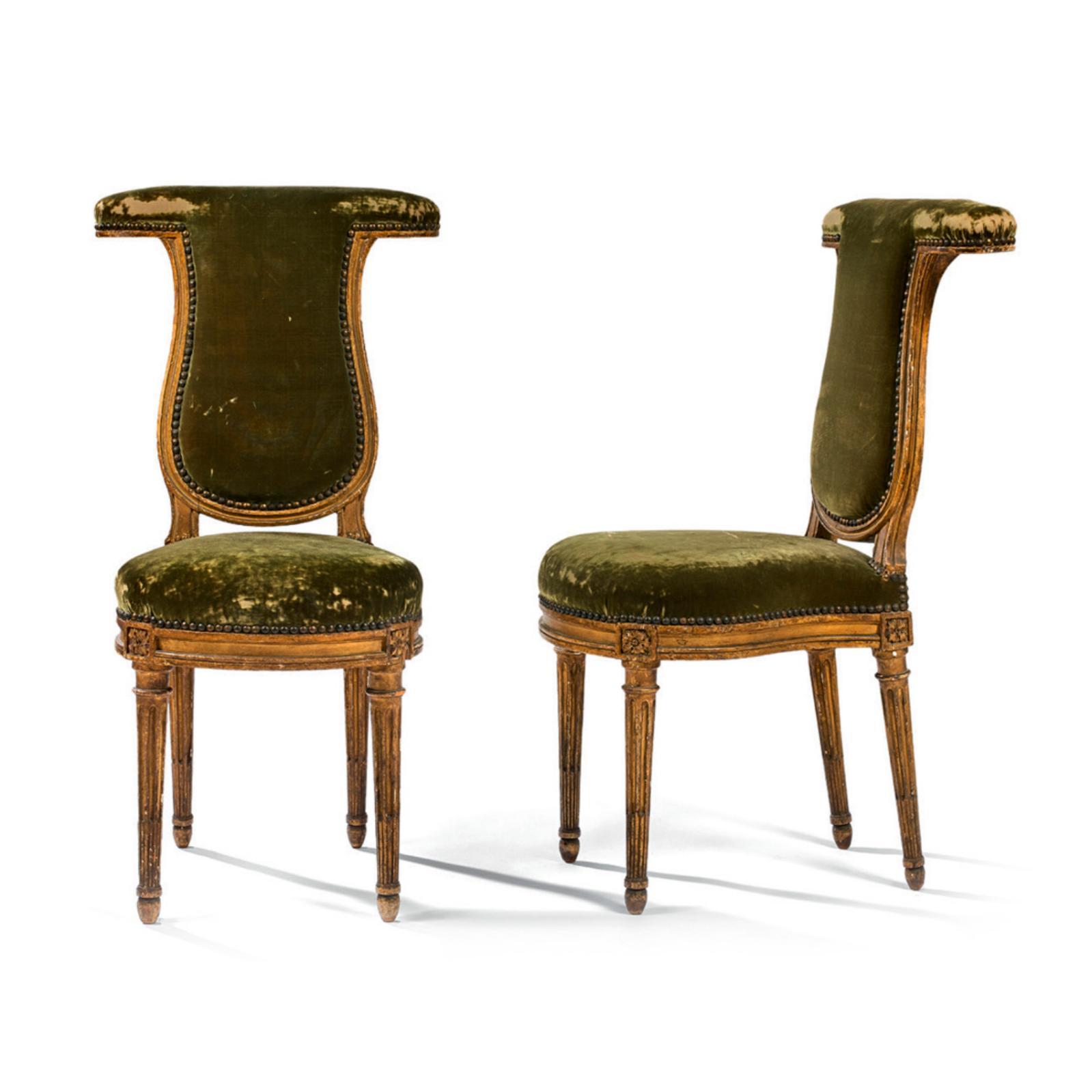 4431€ Époque LouisXVI, Henri Jacob (1753-1824), paire de chaises ponteuses en bois laqué or, assise en fer à cheval, pieds fuselés, 90
