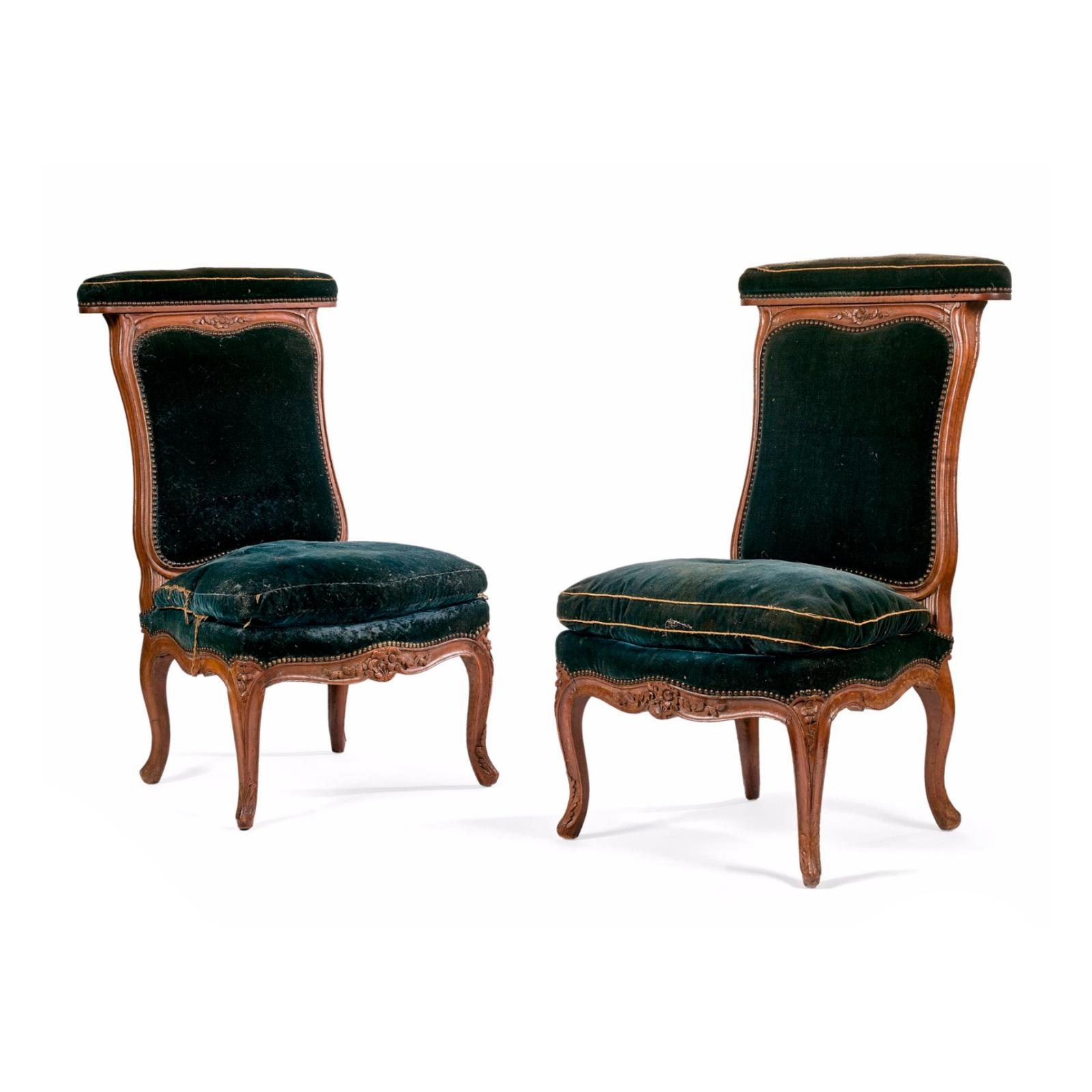 8432€ Époque LouisXV, Tilliard (Jean-Baptiste ou son fils Jacques Jean-Baptiste), paire de chaises ponteuses en noyer sculpté de fleure