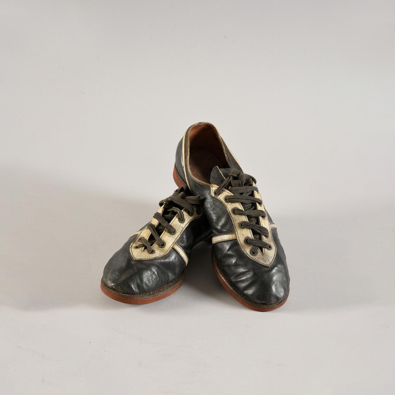 15312€ Paire de chaussuresd'Alain Mimoun, vainqueurdu marathon des Jeuxde Melbourne en 1956.Drouot, 13octobre 2018.Coutau-BégarieO