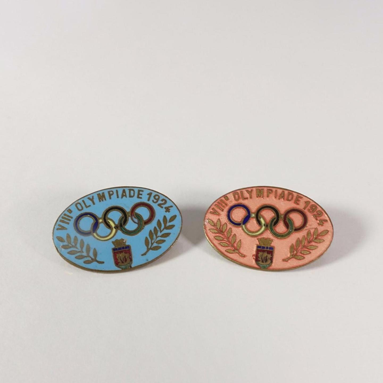 754€ Badges officiels des Jeux de Paris en 1924, métal émaillé, 2x3cm.Drouot, 11mars 2017.Mirabaud - MercierOVV.M.Lefevre et cabi