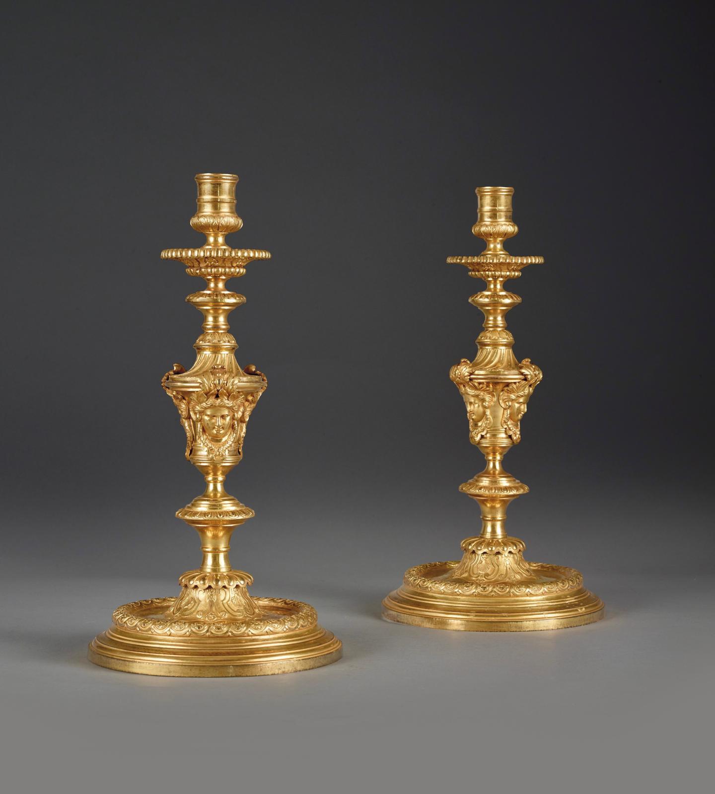 Paire de grands flambeaux à balustres LouisXIV, bronze ciselé et doré, h. 38cm, diam. 20,1cm.