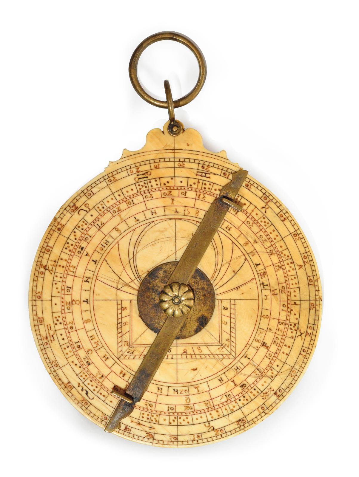 Allemagne, vers 1480, astrolabe européen planisphérique pour la latitude d'Augsbourg, ivoire gravé et polychrome, laiton, diam. moyen: 10