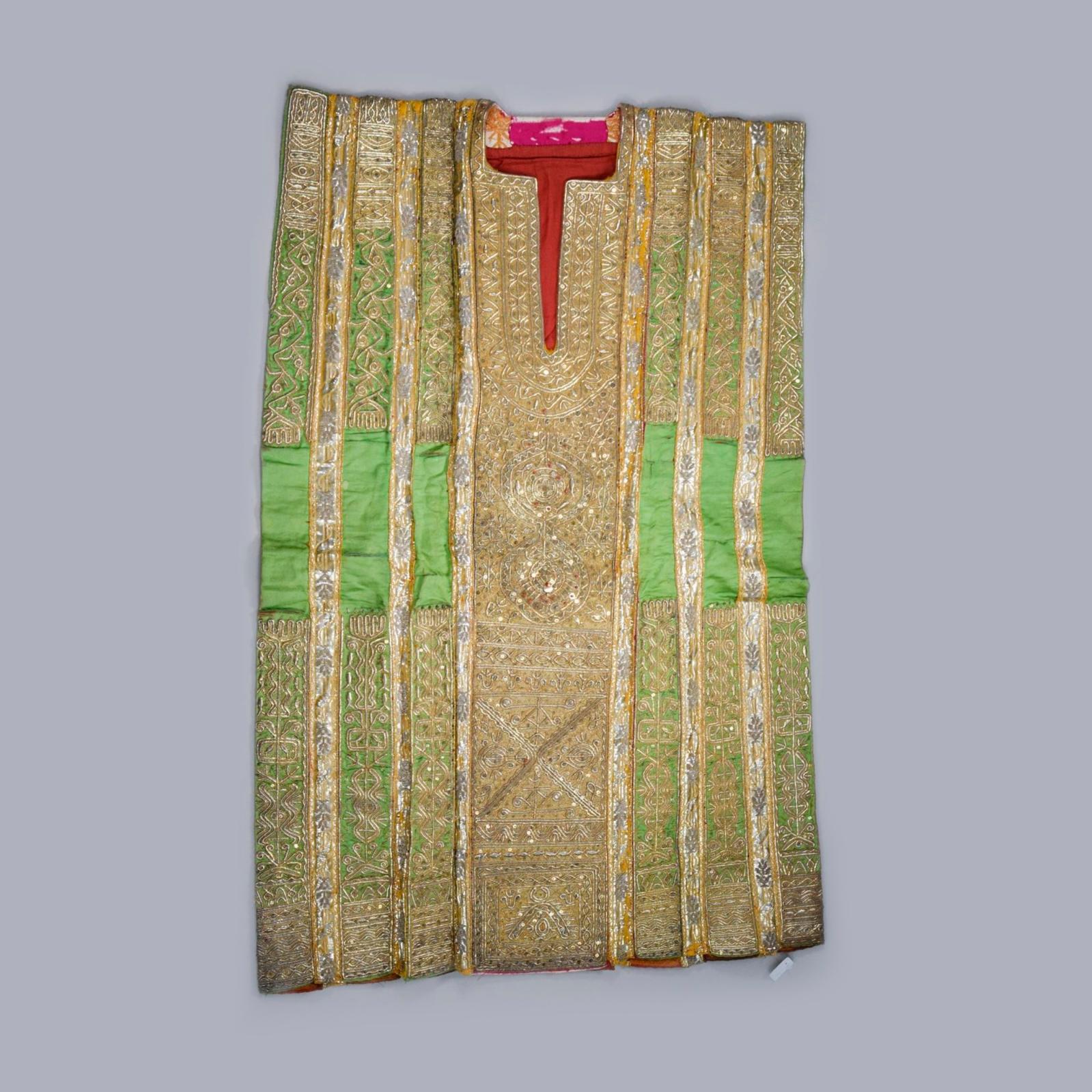 1500€ Tunisie, première moitié du XXesiècle. Robe de mariage, satin de soie vert filé or et argent, rehaussé de paillettes et de perles