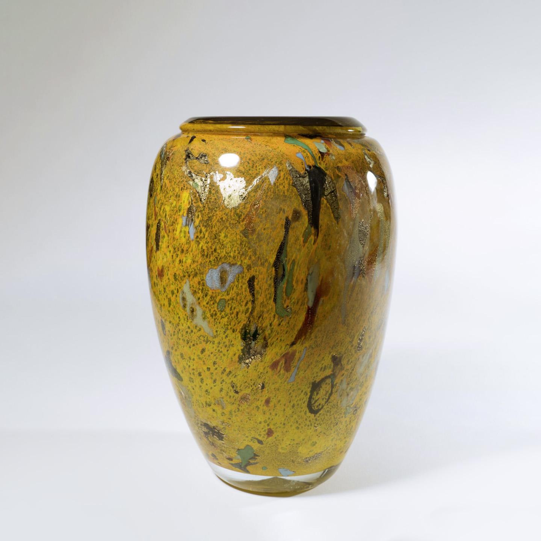 563€ Jean-Claude Novaro(1943-2015), 2004, vase en verre soufflé à décor d'émaux et de paillettes d'or, h.28cm. Paris, salle des ventes