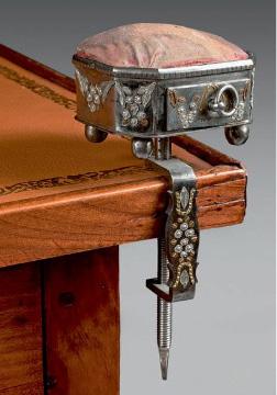 1905€ Russie, Toula, vers 1800, nécessaire à couture en acier poli à décor appliqué de fleurs et abeilles dorées, fixation par un étau,