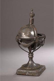 13750€ Russie, Toula, fin du XVIIIe siècle, encrier en acier avec applications de cuivre et d'étain en forme de mappemonde, base à piédo