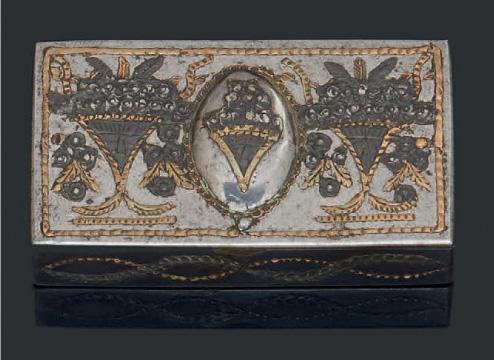 1912€ Russie, Toula, tabatière en acier et applications de cuivre et étain, décor de paniers fleuris et guirlandes, 1,5x6,7x3,7cm.