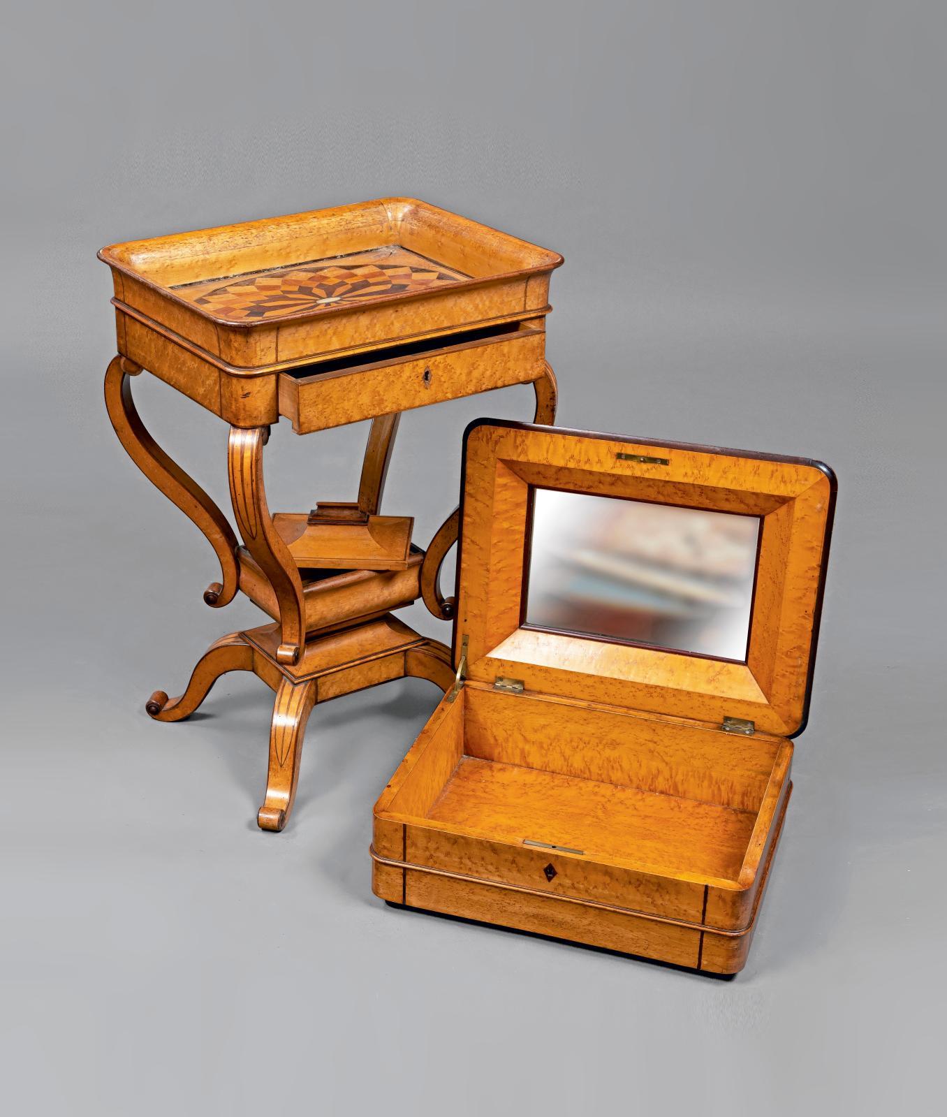 Table travailleuse en placage d'érable moucheté incrusté de filets de palissandre, partie supérieure en forme de coffret amovible découvra