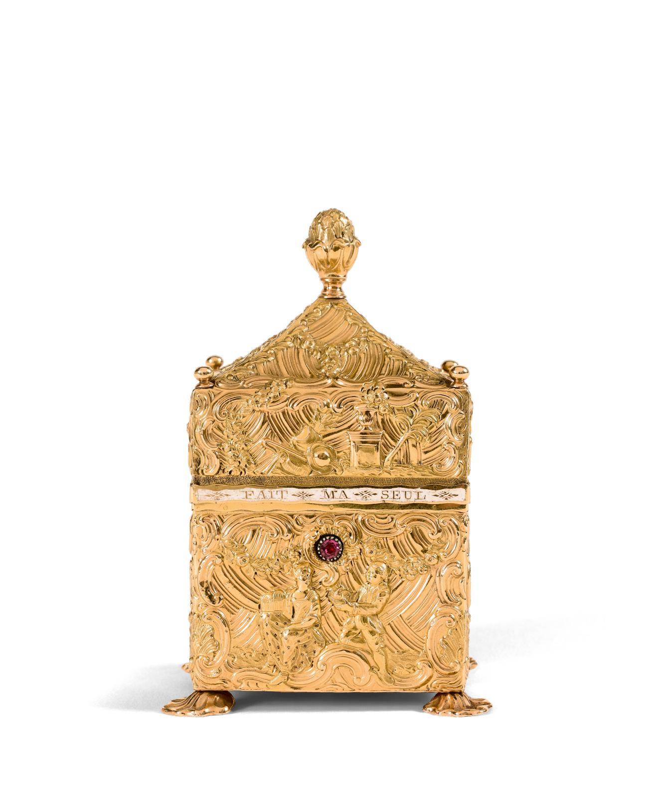 Le nécessaire ne dédaigne pas le raffinement ni la préciosité de l'or. C'est en ce métal qu'a été réalisé ce coffret-nécessaire, en Anglet