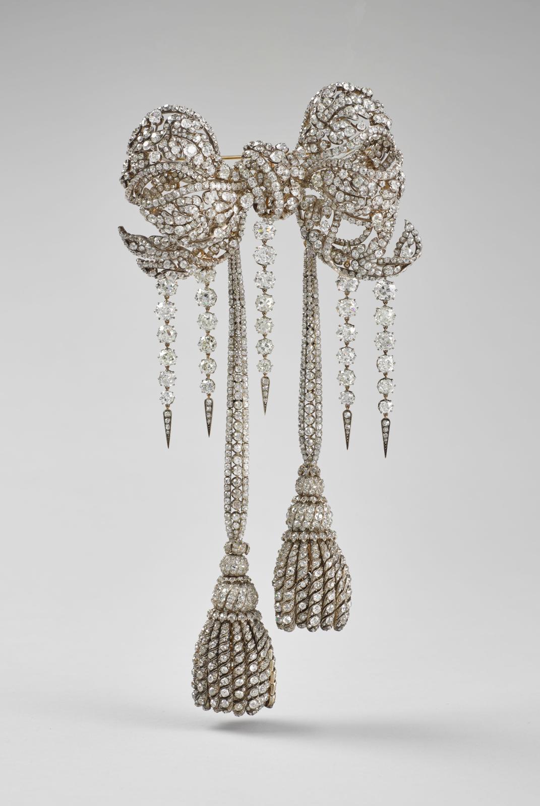 François Kramer, grand nœud de corsage de l'impératrice Eugénie, Paris, 1855 et 1864, diamants brillantéset rose, argent doublé or. ©RMN