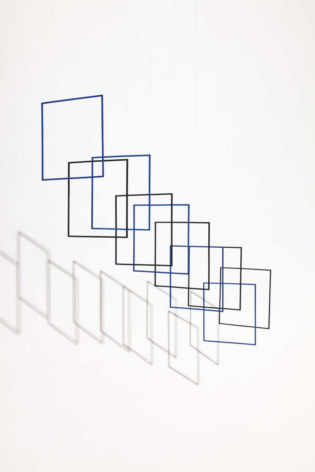 Tetralineados noir et bleu 63, 2019, aluminium peint, nylon, moteurs, ordinateur, interface électronique, 63x14,2x14,2cm. ©Elias Cre