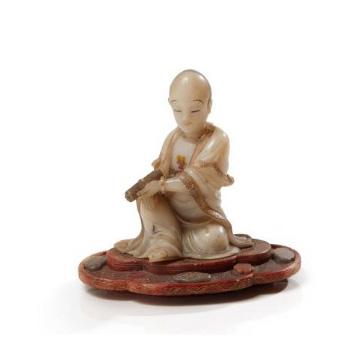 30600€ Chine, fin de l'époque Kangxi (1662-1722). Figurine en stéatite représentant un arhat, signée Zhou Bin, h.11,5cm. Drouot, 14ju