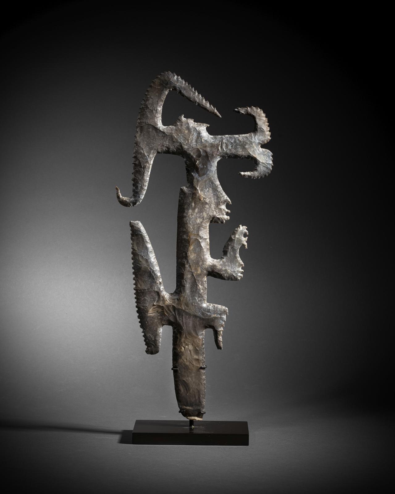 Mexique-Guatemala, culture maya, Classique récent. 600-900, Silex «excentrique», silex brun, h. 39,2 cm. Estimation: 200000/250000 €