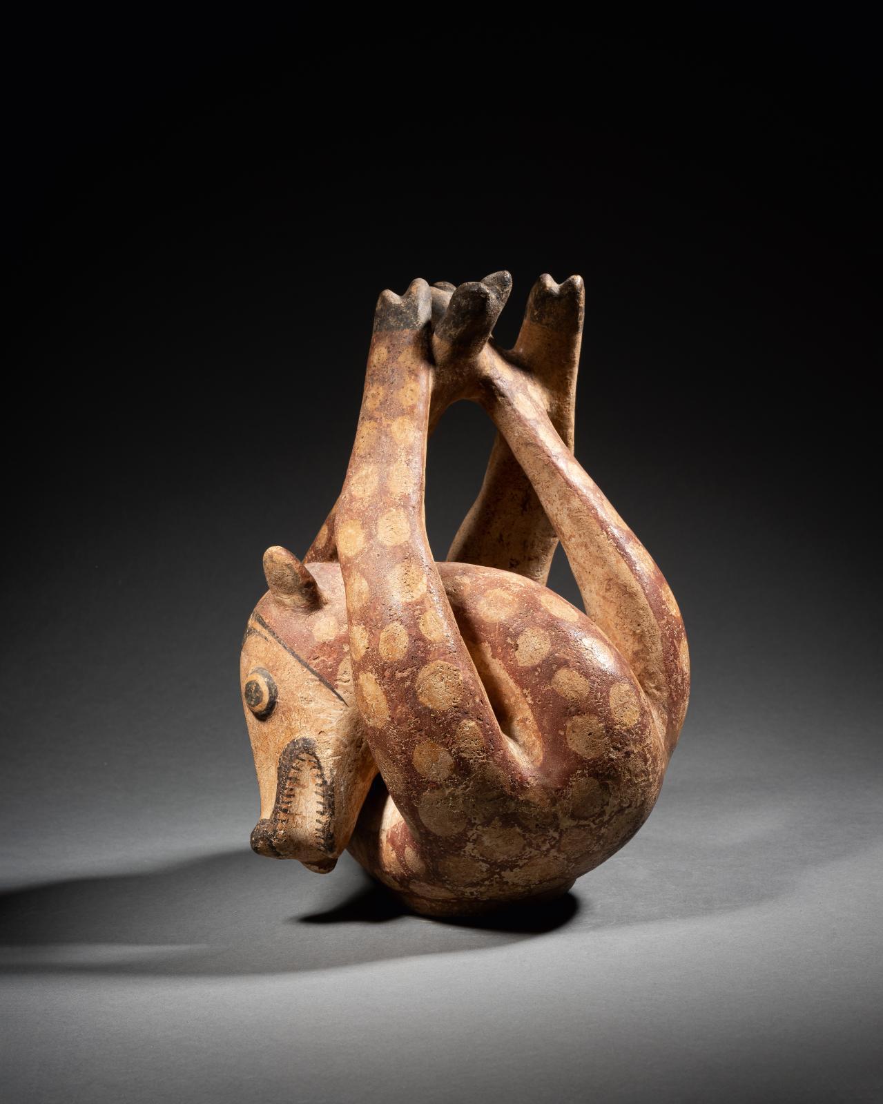 Panama, culture Coclé, 700-850. Vase en forme de cervidé aux pattes liées, céramique polychrome, 24x15x19cm. Estimation: 12000/150