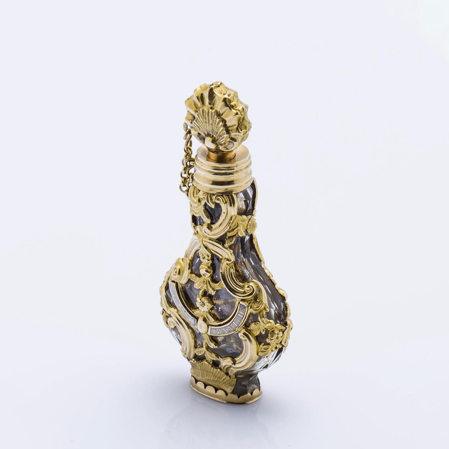 3780€ Travail français du XVIIIesiècle. Flacon à sels en verre fumé rehaussé de rinceaux en or jaune ciselé, h.6cm, poids brut15,9g