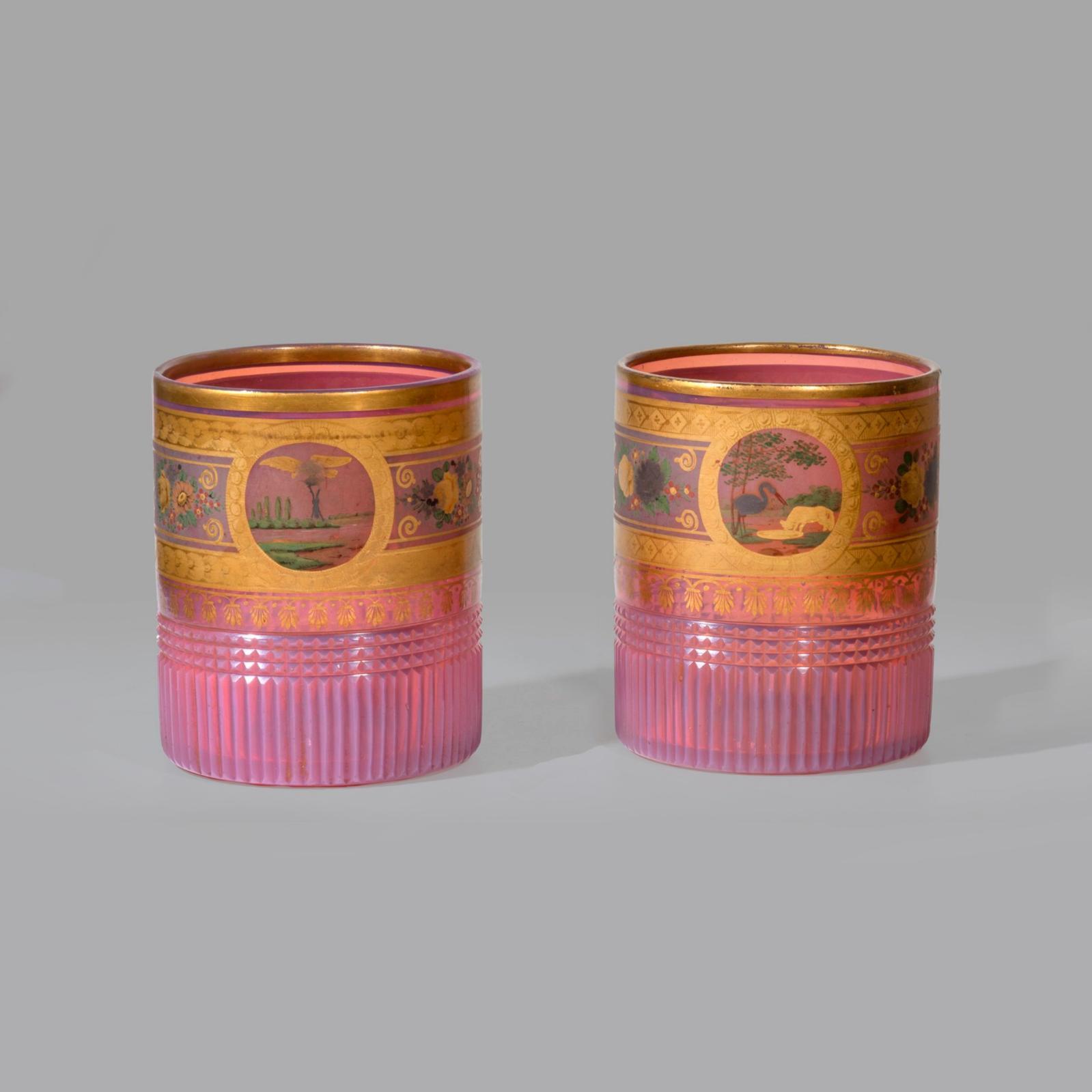 5359€ Deux gobelets en opaline gorge-de-pigeon, décor peint à l'or et polychrome de Fables de LaFontaine, époque Restauration, h.8,5
