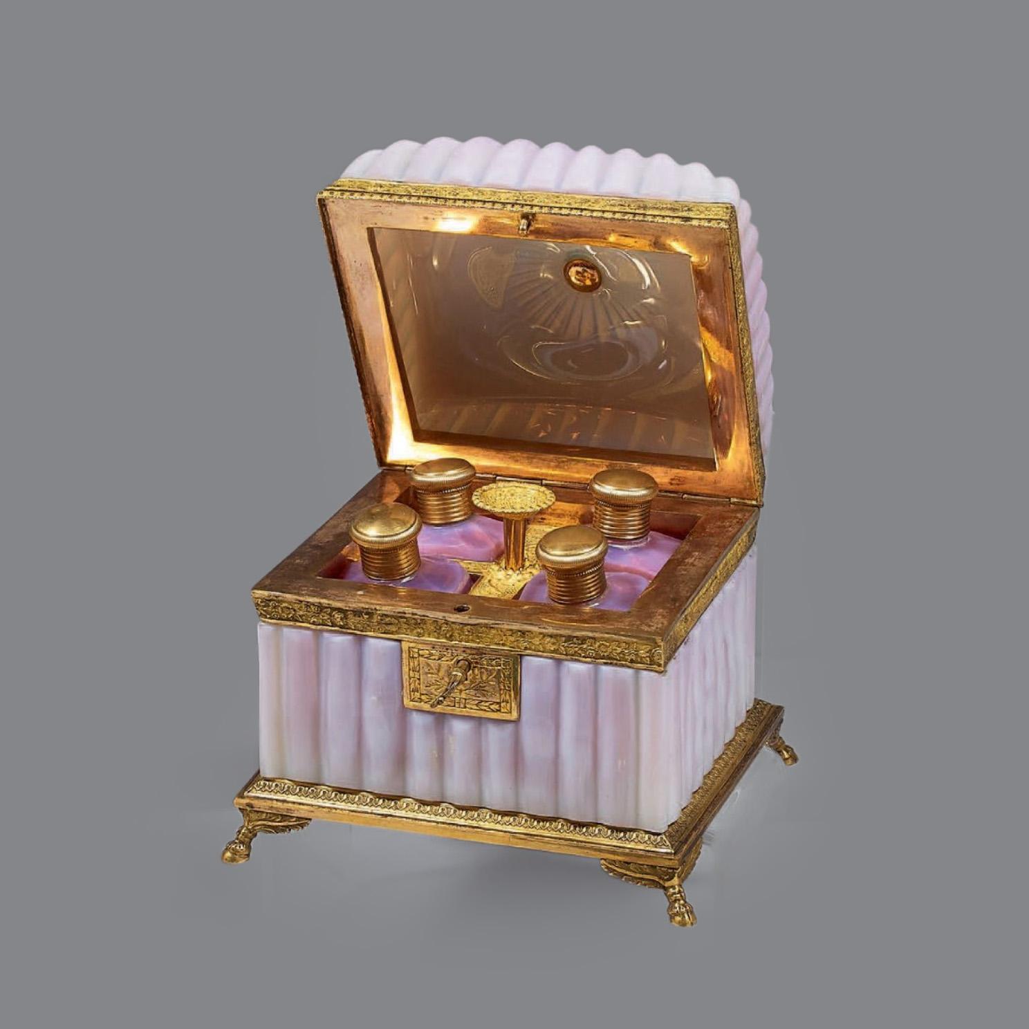 5258€ Coffret à parfums en opaline gorge-de-pigeon contenant 4flacons, monture en bronze doré, époque Restauration, 14x15x13cm.Par