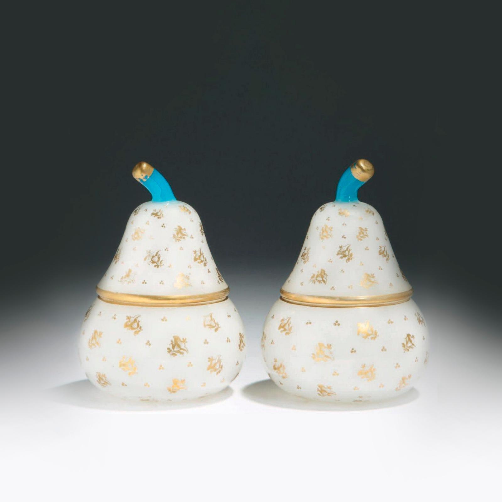 1023€ Paire de vases piriformes couverts en opaline blanche à décor de fleurettes dorées, prises en verre bleu, Bohême, XIXesiècle, h.