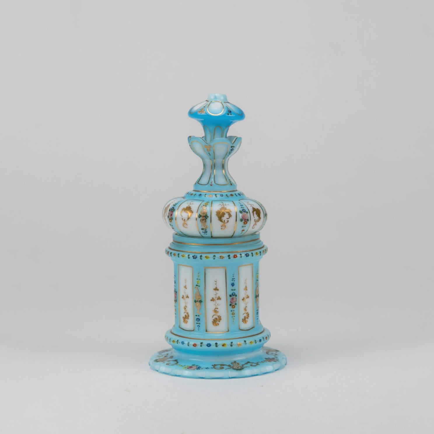 372€ Flacon d'ornement en opaline overlay, à décor de fleurettes polychromes et feuillage doré, milieu du XIXesiècle, h.21,5cm.Lyon, 3