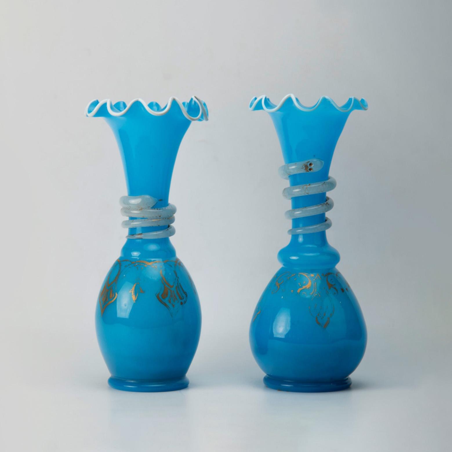 236€ Paire de vases balustre à bord godronné en opaline bleue, le col orné d'un serpent spiralé, milieu du XIXesiècle, h.27,5cm.Lyon,