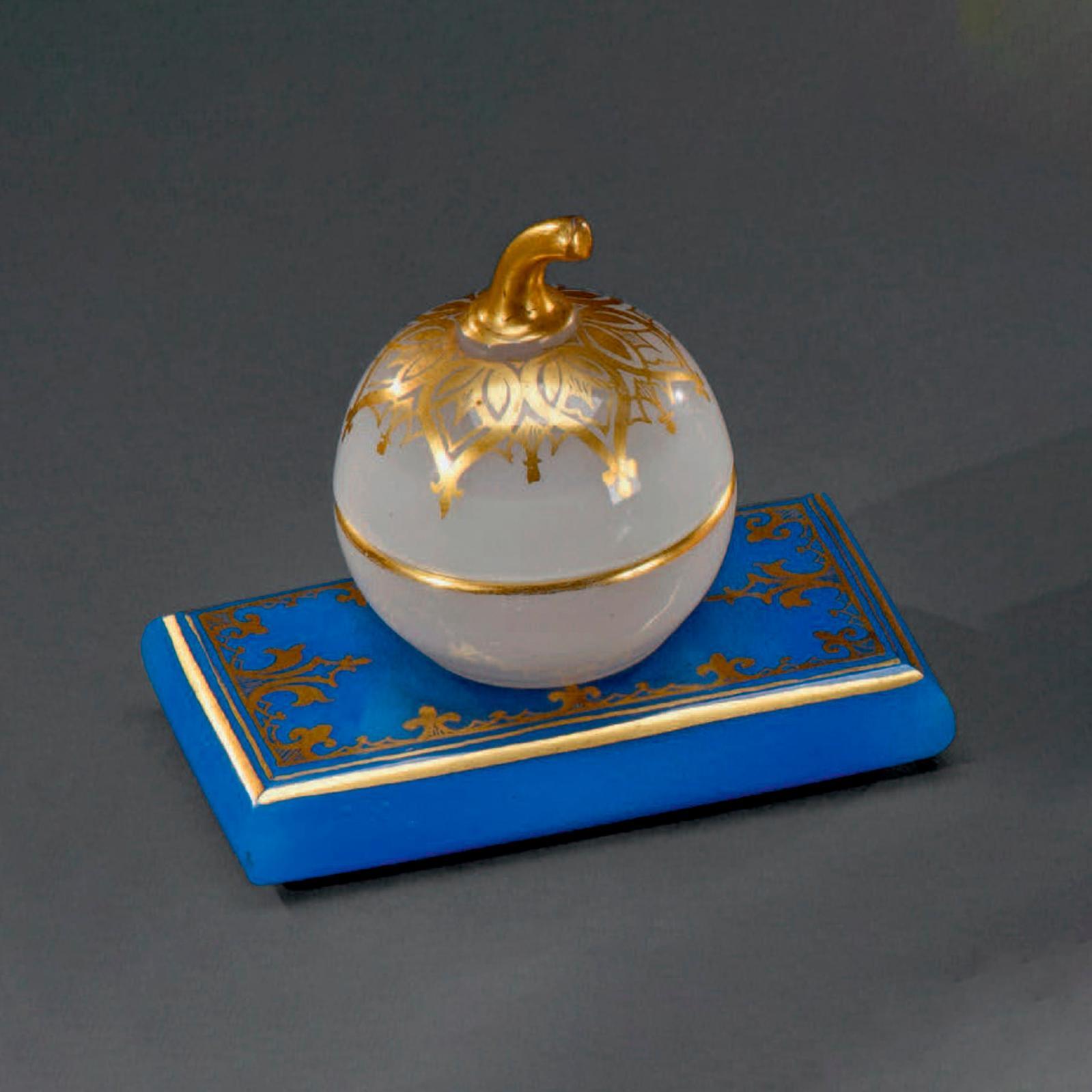 625€ Encrier couvert en forme de pomme en opaline blanche sur socle rectangulaire en opaline bleue formant presse-papier, époque Charles