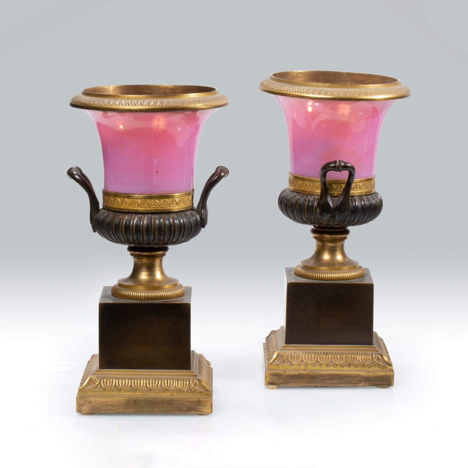 7656€ Paire de vases Médicis en opaline gorge-de-pigeon et bronze doré et patiné,époque Restauration, h.19,5cm.Paris, Drouot, 29janvi