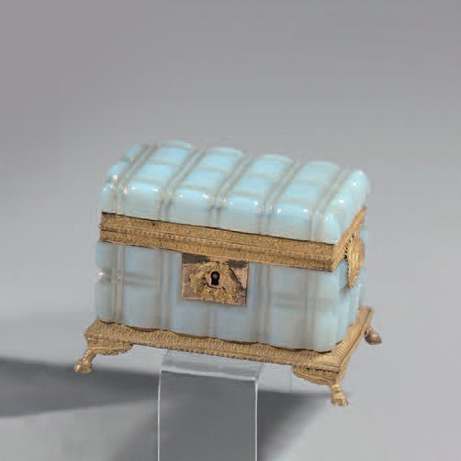 1753€ Coffret en opaline savonneuse, monture en bronze doré, époque Restauration, 10x14x9,5cm.Paris, Drouot, 13décembre 2018. Jean