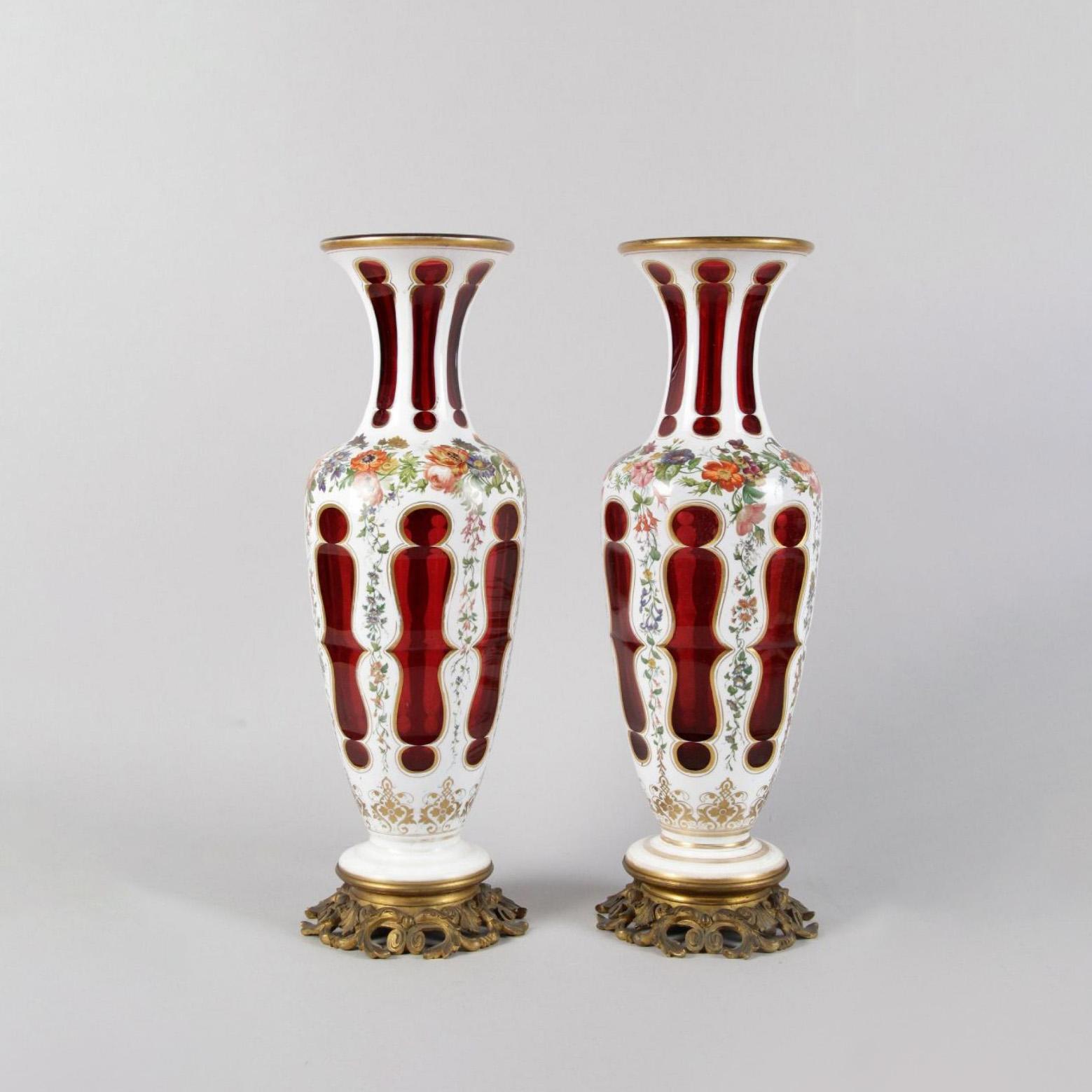 2250€ Paire de vases balustre en opaline overlay rouge doublé blanc à décor émaillé, époque Louis-Philippe. Paris,Drouot, 26février 201