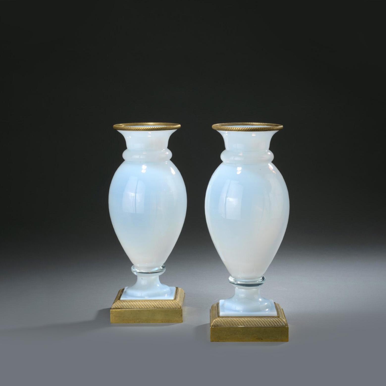 850€ Paire de vases balustre en opaline savonneuse, base et col en bronze doré, époque Restauration, h.31cm.Saint-Cloud, 17février 201