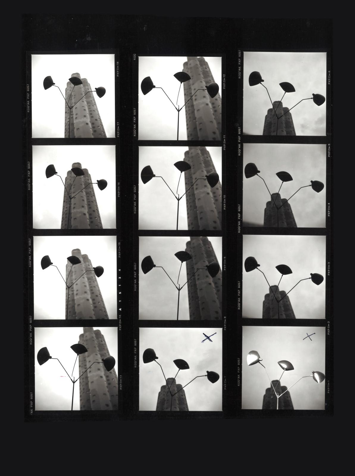Lampadaire Trois bras de Serge Mouille photographié par RIchard Pilt avec, en arrière-plan, une tour Aillaud de Nanterre.