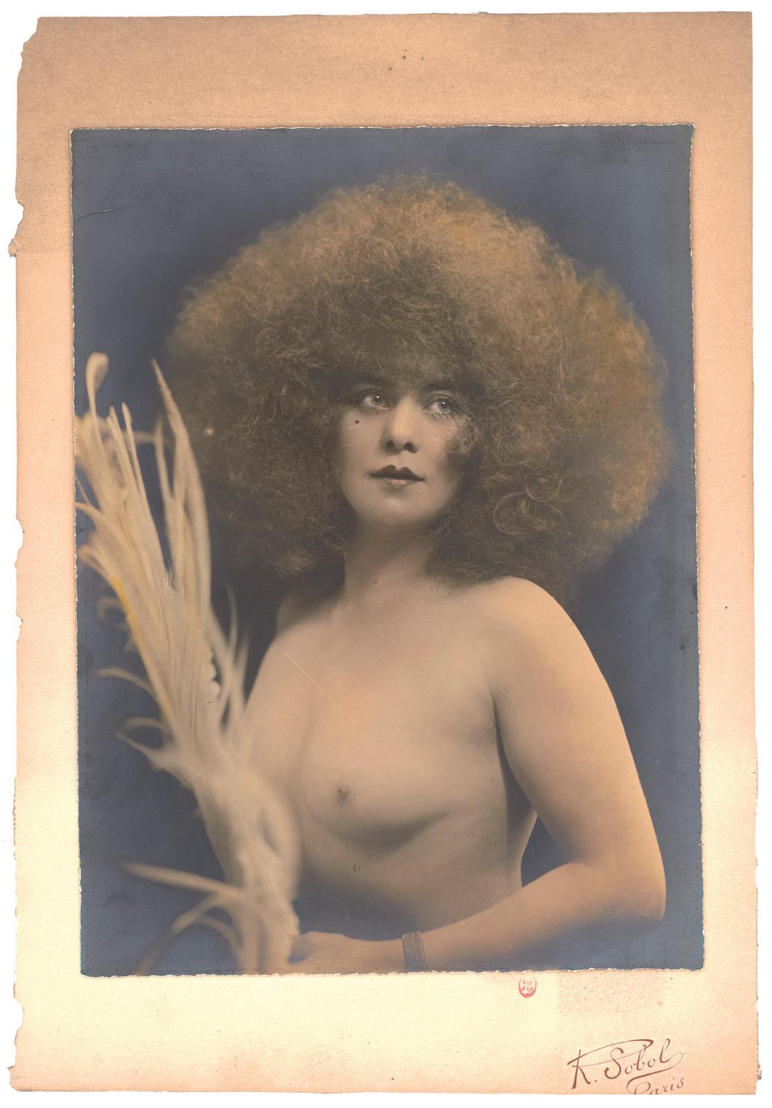 La Danseuse de revue Jickiss dans le costume de la «reine des Paradis» au Palace, 1923. ©Ruben Sobol/BnF, département des Arts du spectac