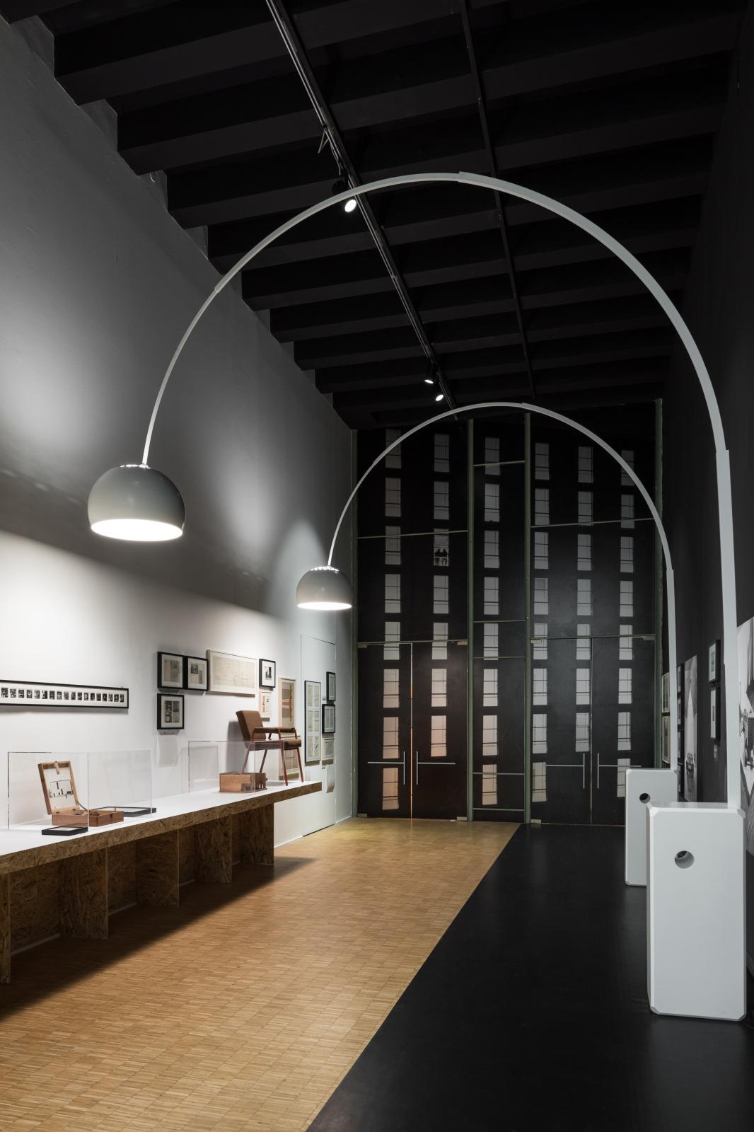 L'exposition met en valeur des classiques du créateur, comme le lampadaire Arco.