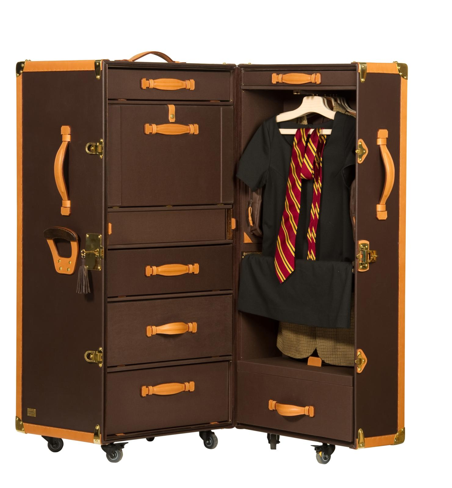 "The ""Round the World"" trunk, apart from the fact that it has actually made the trip, also serves as a wardrobe and a small writing desk.©"