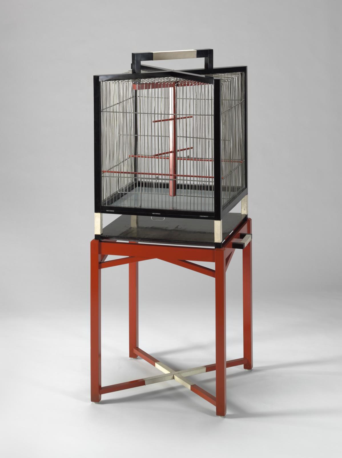 Cage à oiseaux en ébène laquée rouge et noir, partiellement gainée de parchemin, reposant sur une base laquée rouge, 1929. ©Richmond, Vir