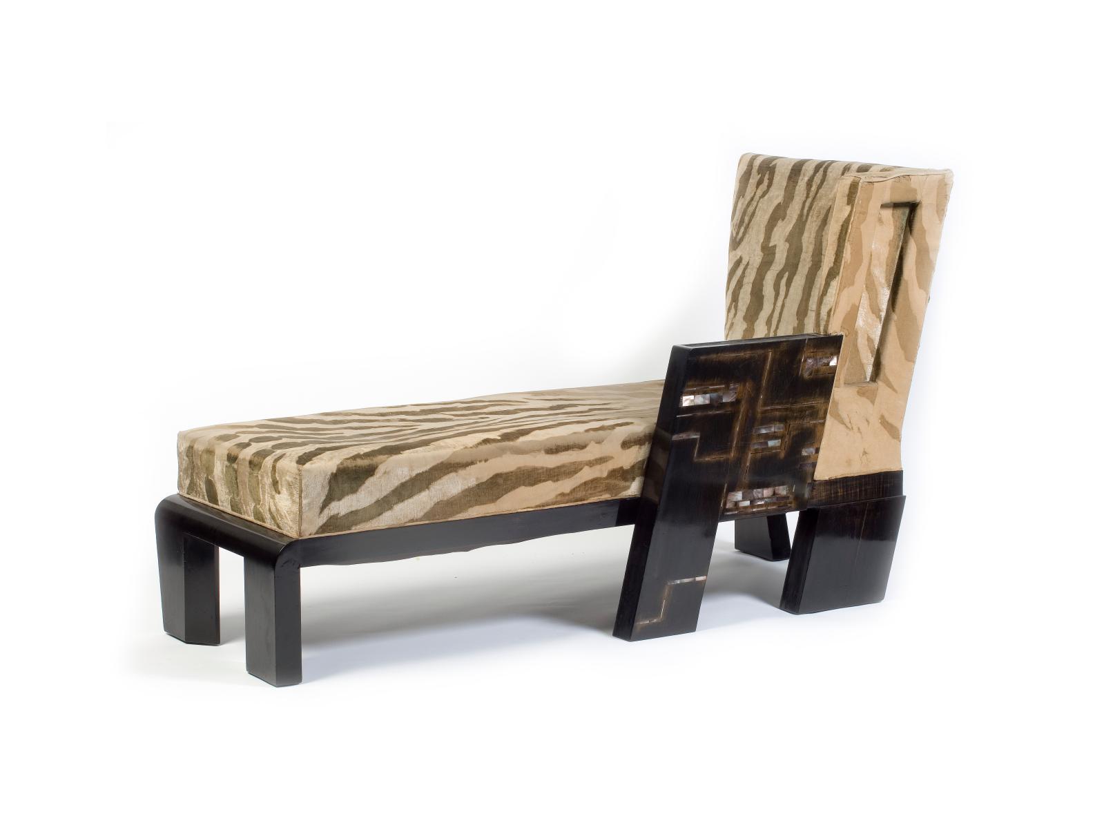 Chaise MAD longue laquée noir, accotoir orné d'incrustations de nacre. Ancienne collection Jacques Doucet.Paris, musée des Arts décoratifs