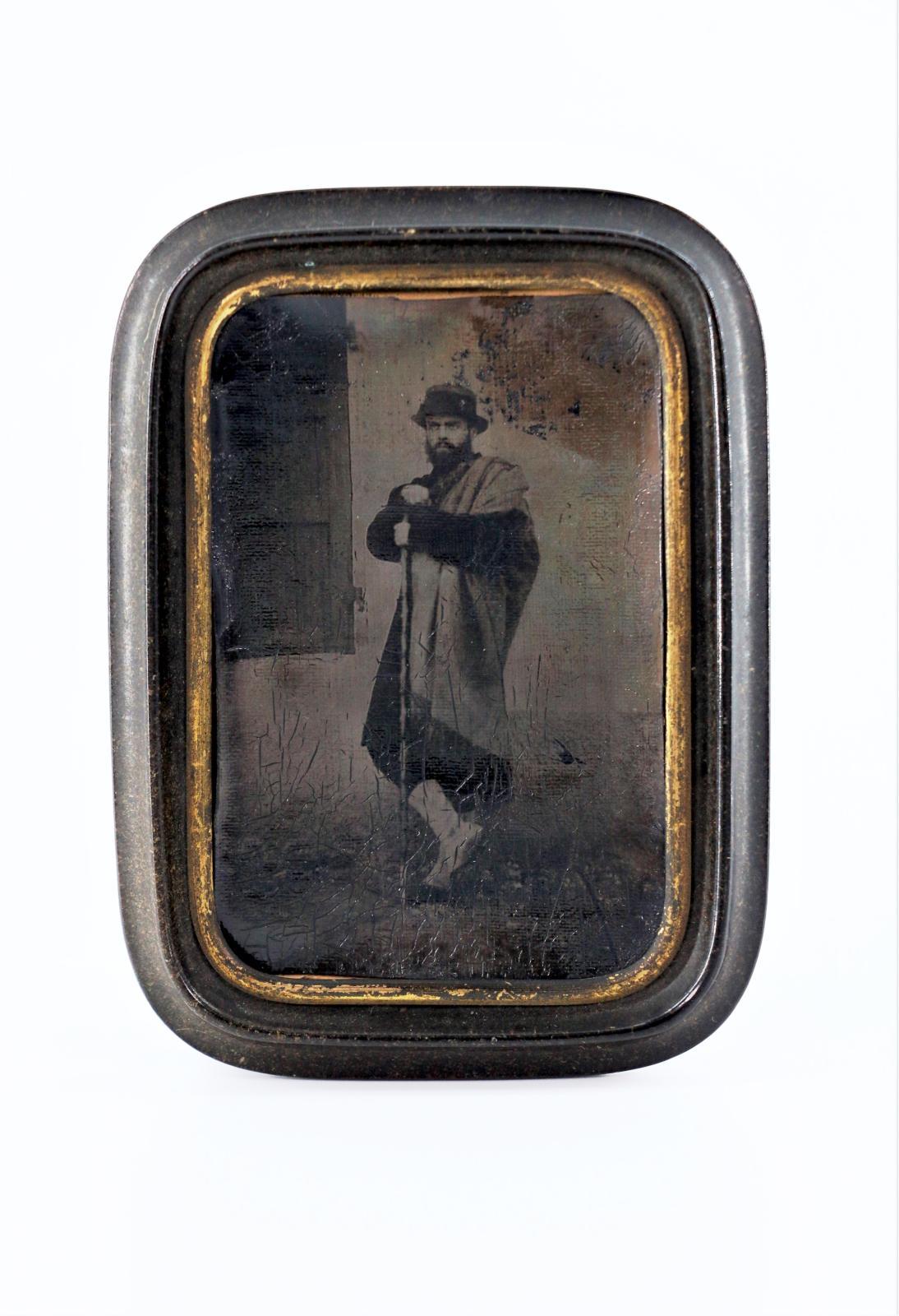 Attribué à Désiré Lebel(1809-1874) ou André Disdéri(1819-1889), Homme vêtu à l'italienne, posant devant un décor, panotype, vers 1870, 1